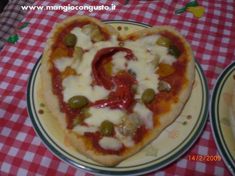 una pizza fatta con il cuore