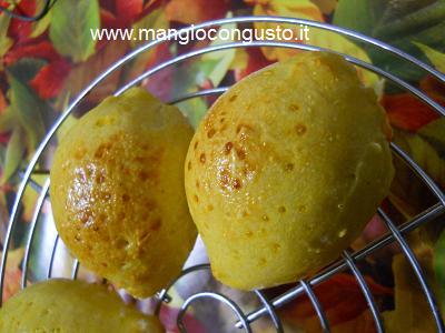 panini al sapore e forma di limone da servire con il pesce