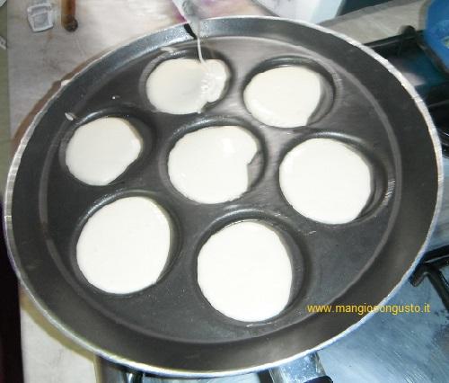 impasto pancake nella padella per minipancake