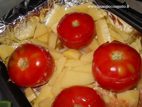 pomodori pronti da cuocere in teglia con le patate