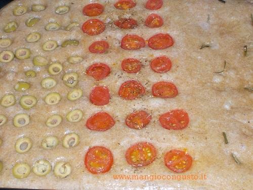 focaccia semintegrale pasta madre con pomodorini e olive