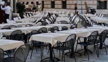 ristorante con molti tavoli